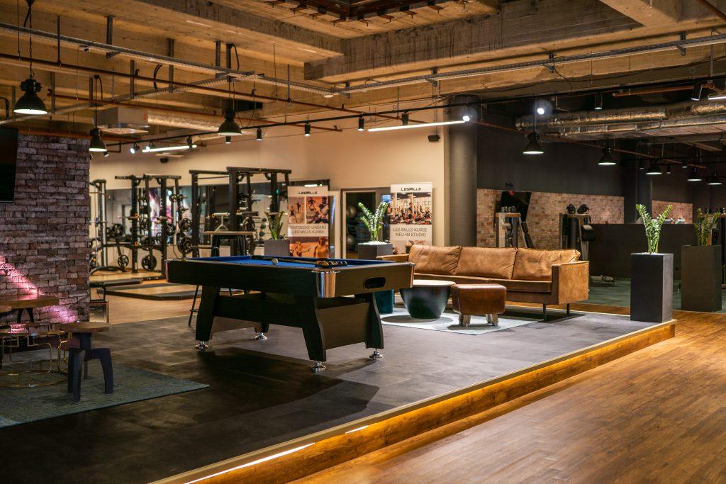 FITNESSLOFT lockt mit stylischer Lounge-Atmosphäre. ©FITNESSLOFT